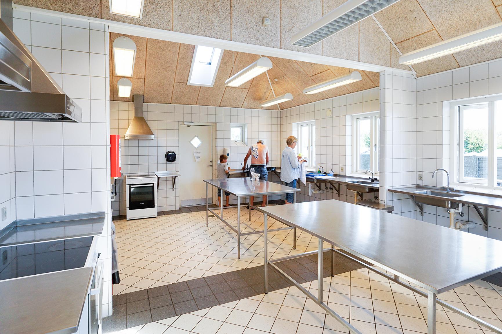 Køkken og toiletfaciliteter på de hvide svaner camping
